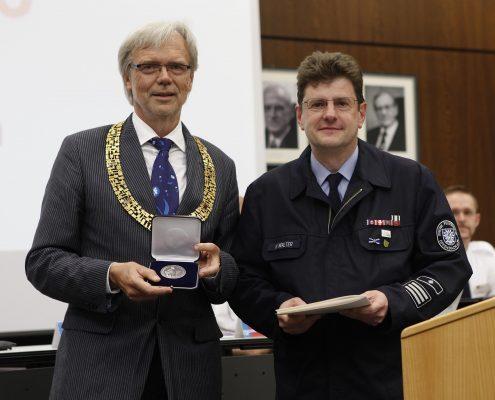 Verleihung Buergermedallie silber an Heinz Bernd Walter durch OB Horst Schneider