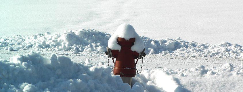 Hydranten von Eis und Schnee befreien