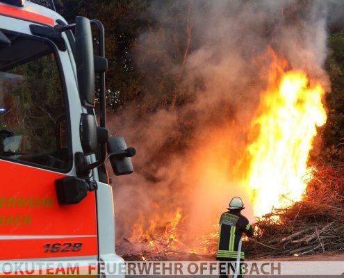 Reisighaufen brennt an der B448