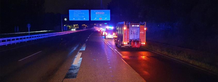 Lkw mit Hänger und Gefahrgutbeladung durchbricht Fahrbahnbegrenzung